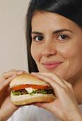 Frau mit Burger